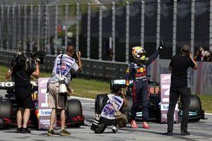Un photographe prend Max Verstappen, Red Bull Racing, en photo dans le parc fermé
