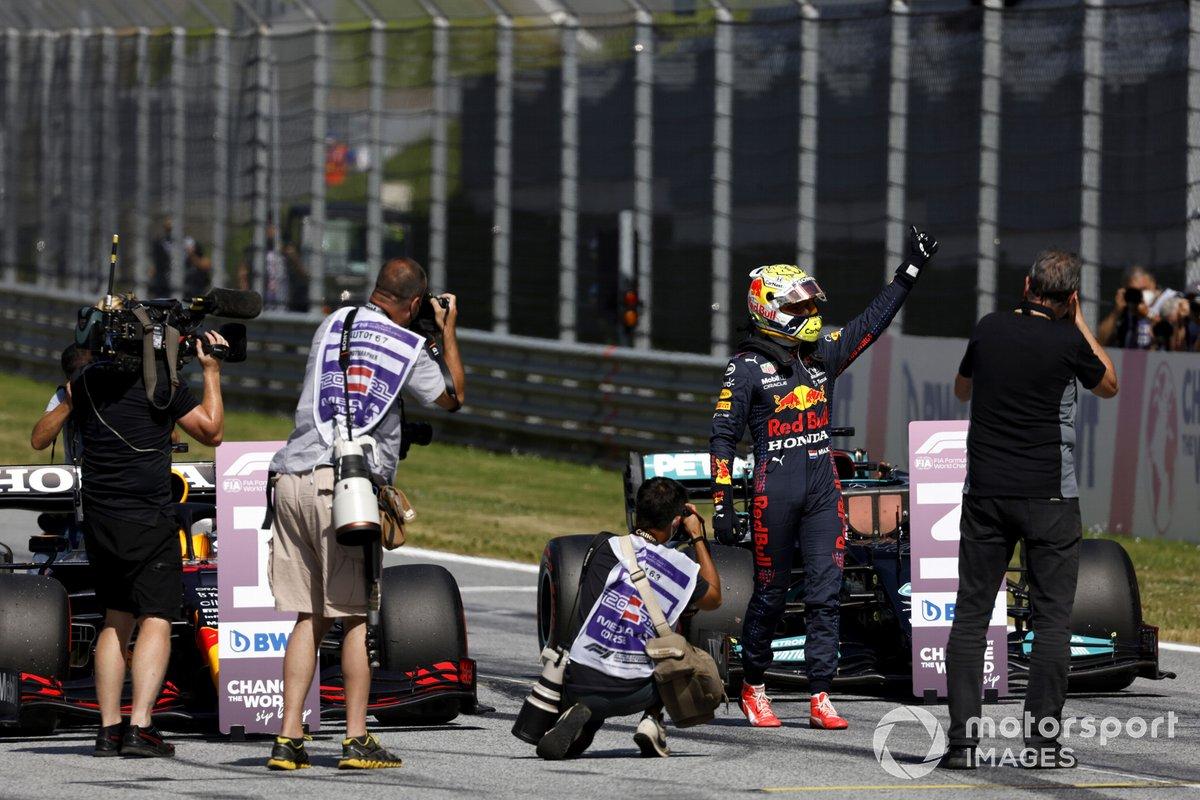 Los fotógrafos toman al ganador de la pole, Max Verstappen, de Red Bull Racing, en el Parc Ferme