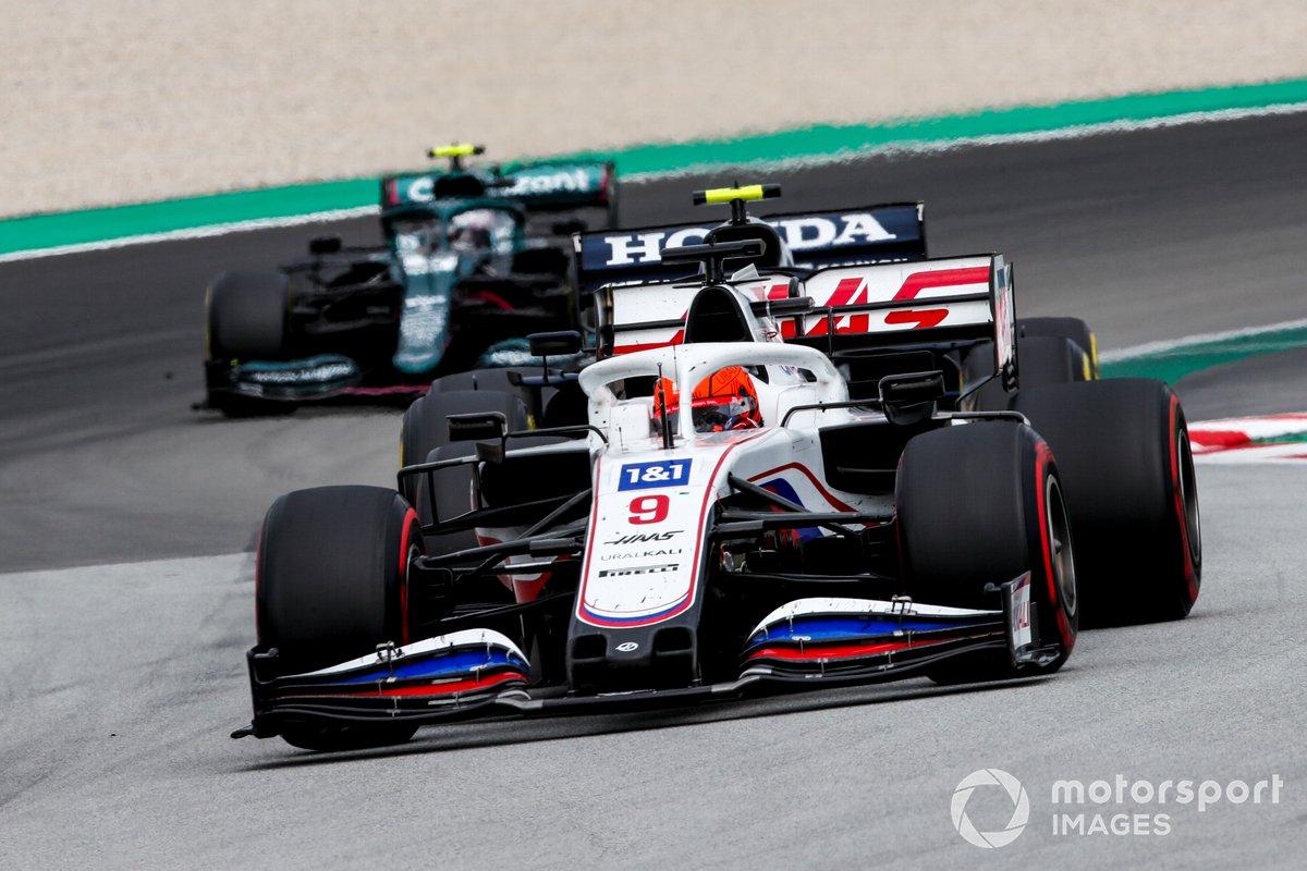 Nikita Mazepin, Haas VF-21, Pierre Gasly, AlphaTauri AT02, e Sebastian Vettel, Aston Martin AMR21