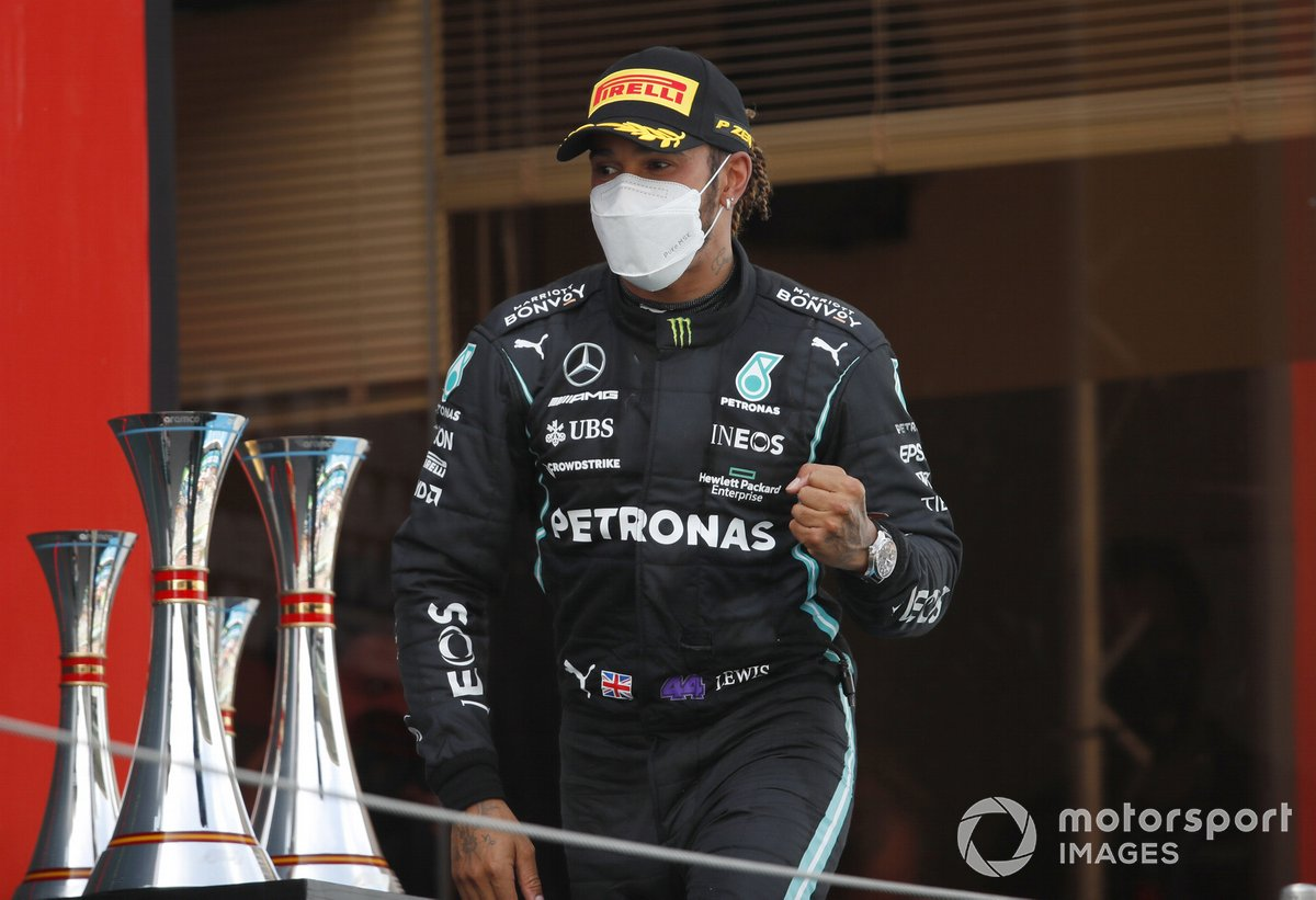 Lewis Hamilton, Mercedes, 1 ° posto, arriva sul podio