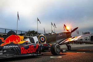 Max Verstappen, Red Bull Racing RB7 e uno spitfire