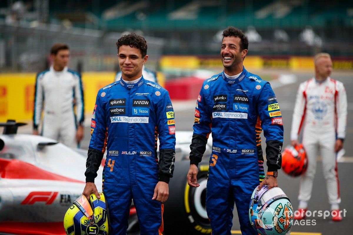 Lando Norris, McLaren y Daniel Ricciardo, McLaren en el evento de lanzamiento del coche de Fórmula 1 de 2022 en la parrilla de Silverstone