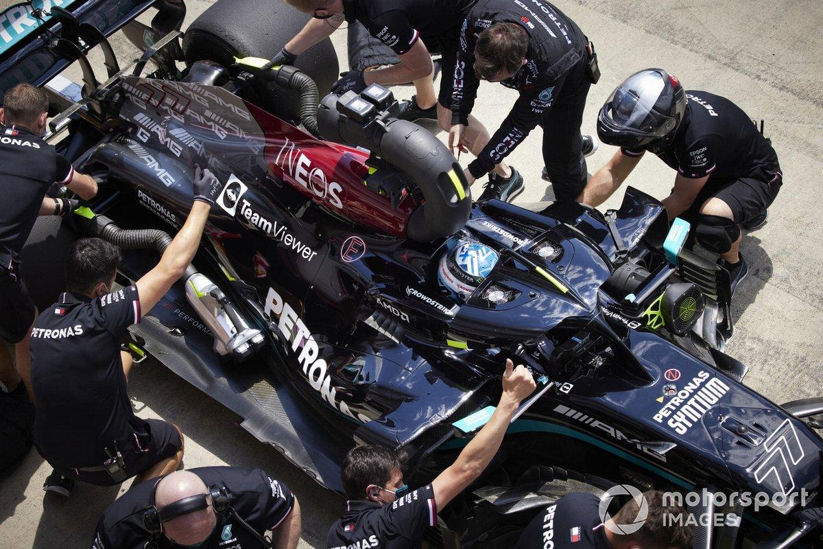 Valtteri Bottas, Mercedes W12 en pit lane
