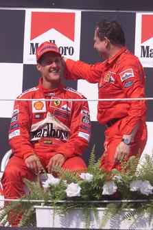 Podio: el ganador Michael Schumacher, Ferrari, Jean Todt, Ferrari