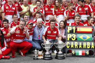 El ganador de la carrera, Fernando Alonso, Ferrari, celebra con el equipo de Ferrari