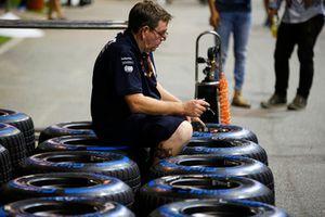 Un mécanicien Force India travaille sur des pneus Pirelli