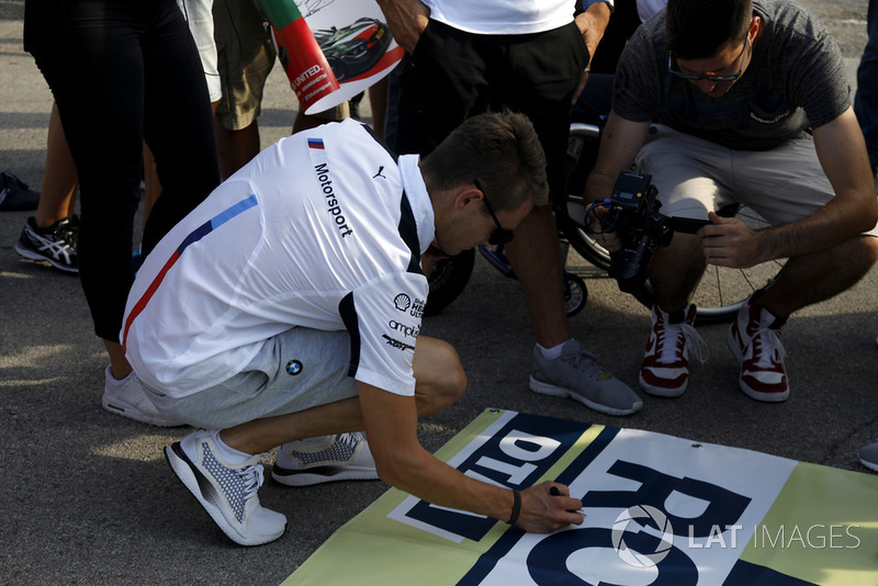Marco Wittmann, BMW Team RMG sign the banner for Robert Wickens