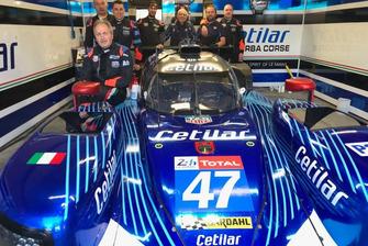 I meccanici del team Cetilar Villorba Corse posano con la vettura riparata