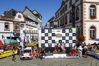 Les vainqueurs Ott Tanak, Martin Järveoja, Toyota Gazoo Racing, les deuxièmes Thierry Neuville, Nicolas Gilsoul, Hyundai Motorsport, les troisièmes Esapekka Lappi, Janne Ferm, Toyota Yaris WRC, Toyota Gazoo Racing