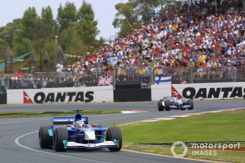 Raikkonen estreou na F1 em 2001, pela Sauber. O então menino só tinha 23 corridas no 'cartel', o que gerou críticas de muitos pela inexperiência do piloto. Entretanto, Kimi chegou chegando na Austrália. O finlandês saiu na 13ª posição no grid e fez uma corrida conservadora, mas muito consistente, para terminar na sexta colocação, marcando um ponto em sua primeira prova (na época, apenas os seis primeiros pontuavam). Botou moral!
