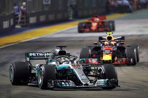 Lewis Hamilton, Mercedes AMG F1 W09 EQ Power+, precede Max Verstappen, Red Bull Racing RB14