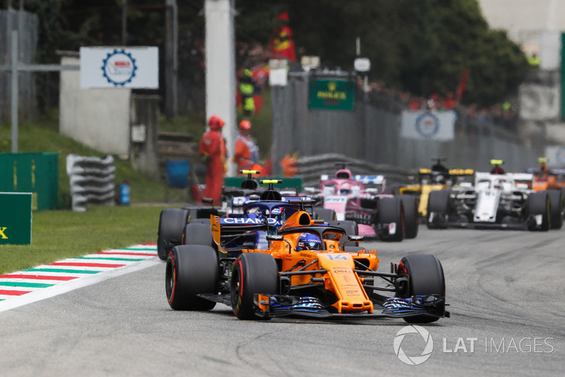 Fernando Alonso, McLaren MCL33, Pierre Gasly, Toro Rosso STR13, Kevin Magnussen, Haas F1 Team VF-18, y Sergio Perez, Racing Point Force India VJM11