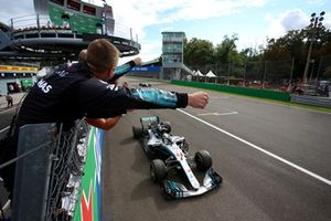 Mercedes team members celebrate Lewis Hamilton, Mercedes AMG F1 W09 victory