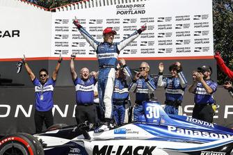 Ganador, Takuma Sato, Rahal Letterman Lanigan Racing Honda celebra en Victory Lane
