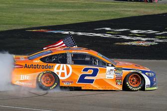 Brad Keselowski, Team Penske, Ford Fusion Autotrader, festeggia la vittoria con un burnout