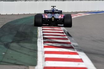 Brendon Hartley, Scuderia Toro Rosso STR13 lâche des étincelles