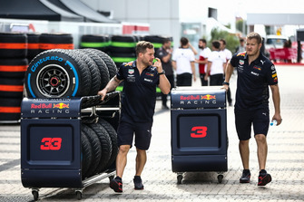 Red Bull Racing monteurs met banden voor Daniel Ricciardo, Red Bull Racing en Max Verstappen, Red Bull Racing