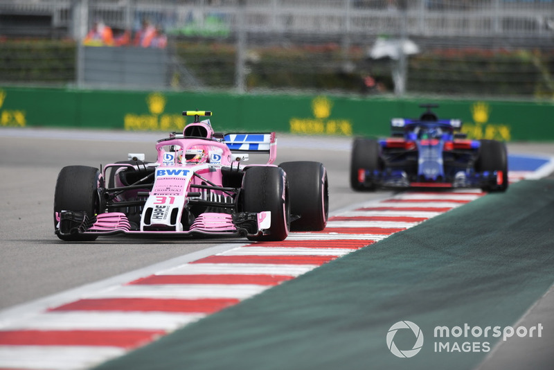 Esteban Ocon, Racing Point Force India VJM11 y Brendon Hartley, Scuderia Toro Rosso STR13