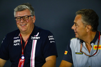 Otmar Szafnauer, Racing Point Force India Teambaas, en Mario Isola, Racing Manager, Pirelli Motorsport, in de persconferentie