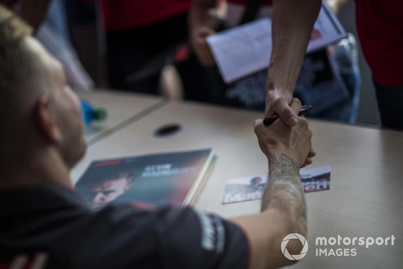Kevin Magnussen, Haas F1 Team firma autógrafos