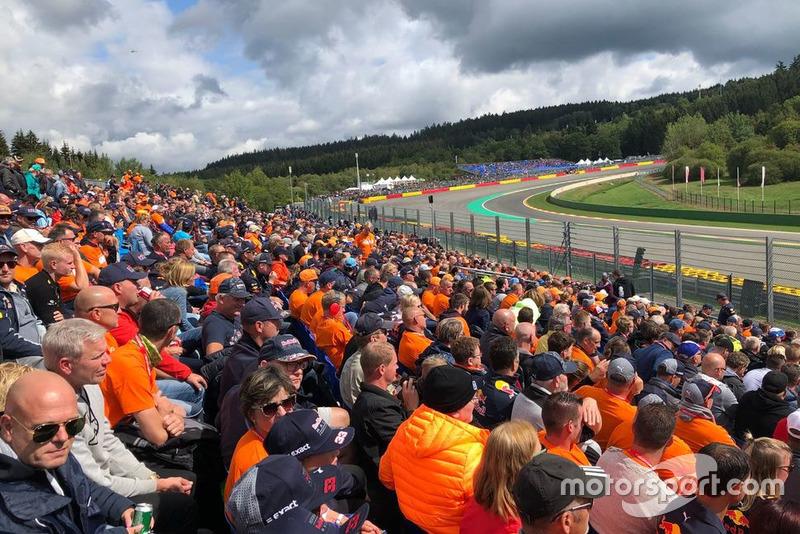 Fans holandeses en el Orange Experience Stand