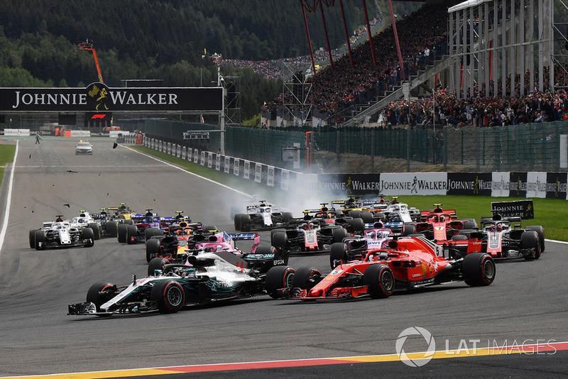 Lewis Hamilton, Mercedes AMG F1 W09 ve Sebastian Vettel, Ferrari SF71H startta