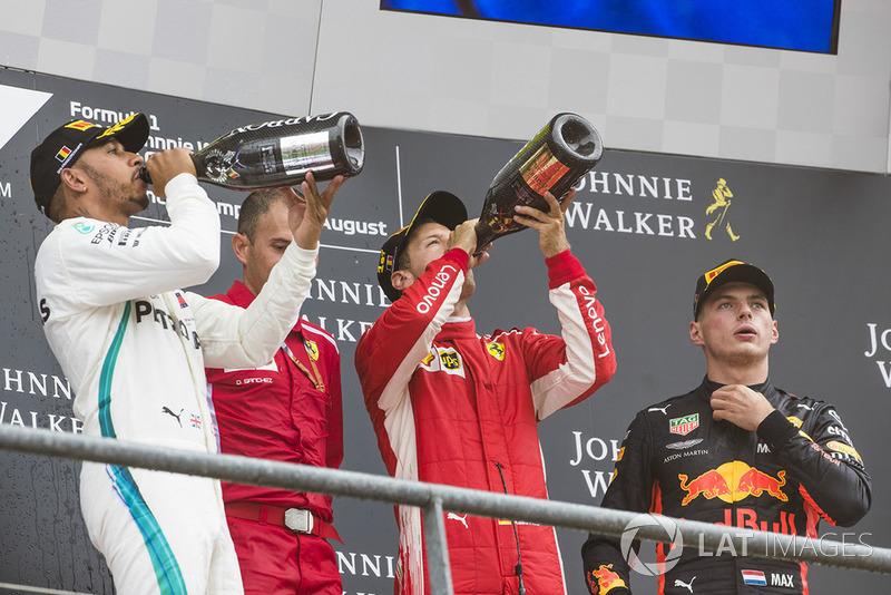 Lewis Hamilton, Mercedes AMG F1, druga pozycja, David Sanchez, Szef Aerodynamiki, Ferrari, Sebastian Vettel, Ferrari, pierwsza pozycja, and Max Verstappen, Red Bull Racing, trzecia pozycja, świętują na podium
