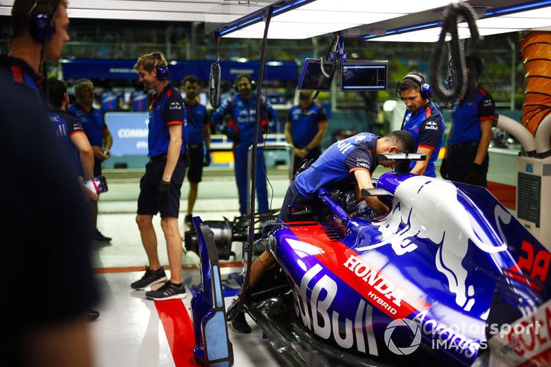 Un ingegnere allaccia le cinture a Brendon Hartley, Toro Rosso STR13