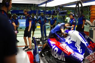Un mécanicien attache le harnais de Brendon Hartley, Toro Rosso STR13