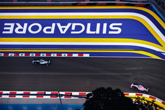 Lewis Hamilton, Mercedes AMG F1 W09 EQ Power+, voor Sergio Perez, Racing Point Force India VJM11