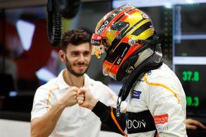 Stoffel Vandoorne, McLaren bereidt zich voor met een techneut