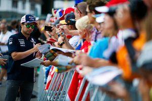 Sergio Perez, Force India, signe des autographes pour les fans
