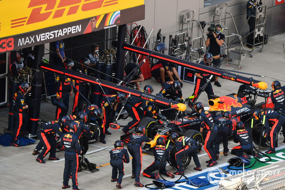 Max Verstappen, Red Bull Racing RB16, en pits