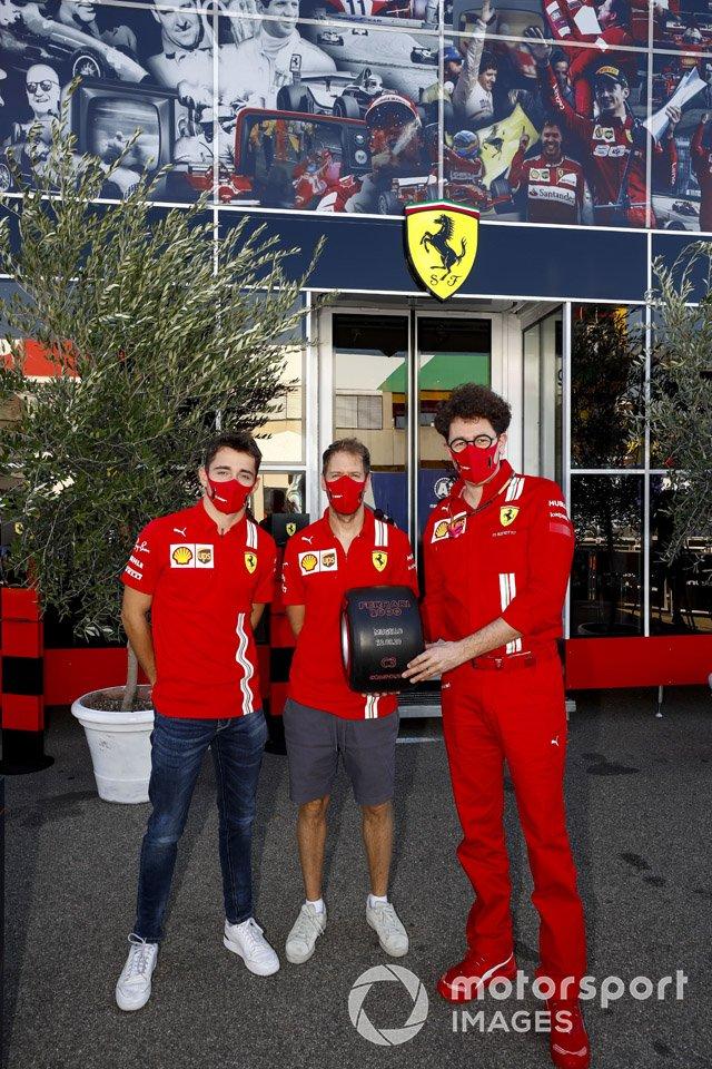 Charles Leclerc, Ferrari, Sebastian Vettel, Ferrari e Mattia Binotto, Team Principal Ferrari con il Pirelli Pole Postion Award per la 1000a Gara della Ferrari