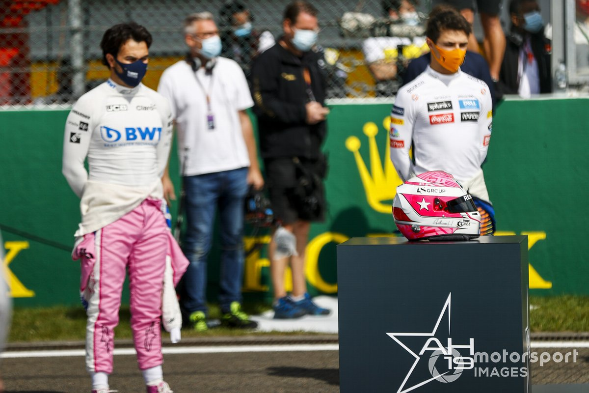 Sergio Pérez, Racing Point y Charles Leclerc, Ferrari con el casco de Anthoine Hubert en la parrilla