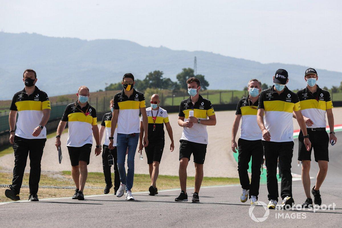 Esteban Ocon, Renault F1 cammina in pista con il team