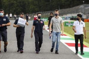 Daniil Kvyat, AlphaTauri walks the track with Sergio Sette Camara, Test Driver AlphaTauri