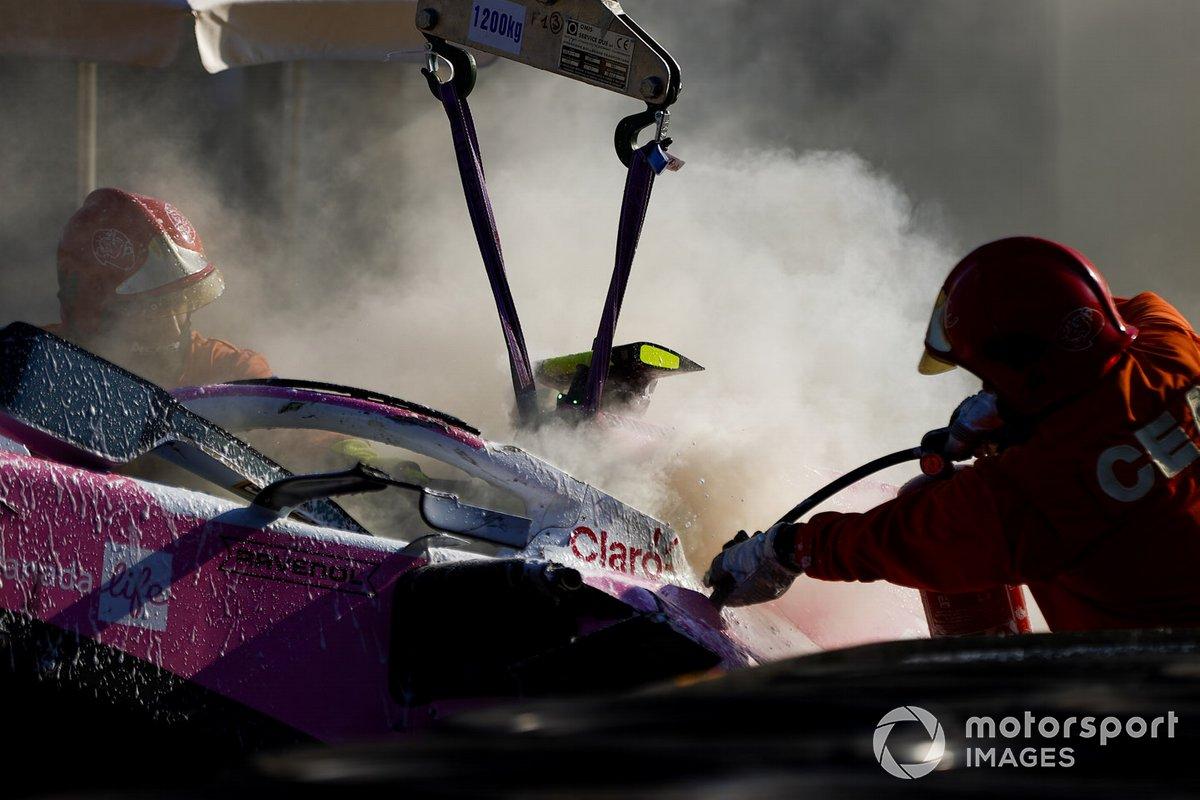 Oficiales de pista remueven el monoplaza de Lance Stroll, Racing Point RP20
