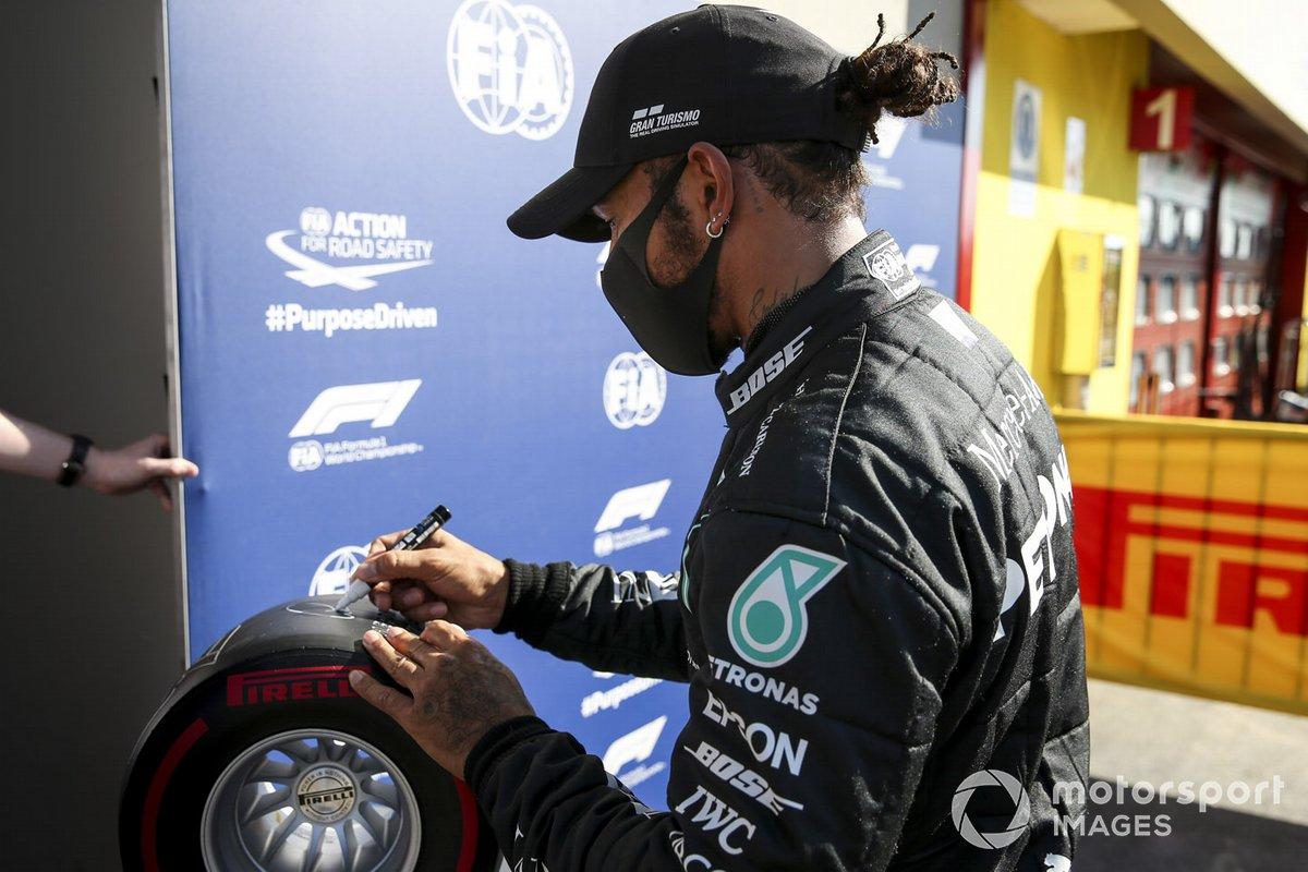 Ganador de la pole position Lewis Hamilton, Mercedes-AMG F1 con el premio Pirelli pole position