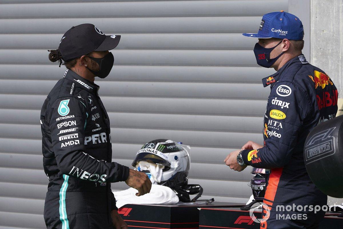 Ganador de la pole Lewis Hamilton, Mercedes-AMG Petronas F1, Max Verstappen, Red Bull Racing, en Parc Ferme