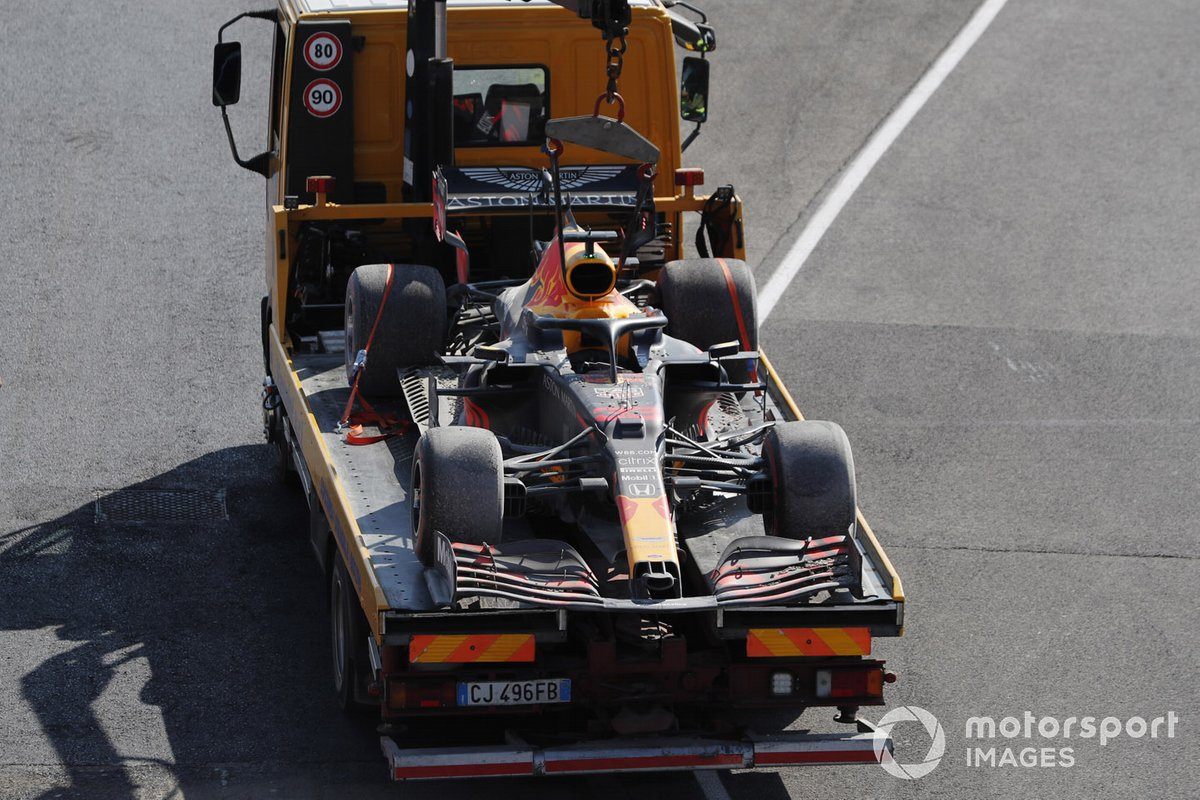 Marshal riportano l'auto di Max Verstappen, Red Bull Racing RB16, on a truck