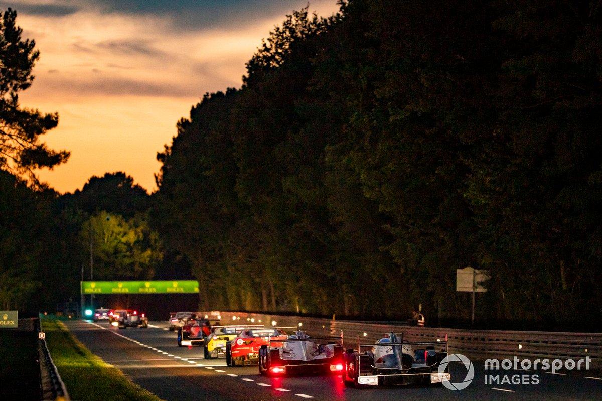 Los coches LMP2 detrás de los coches GT