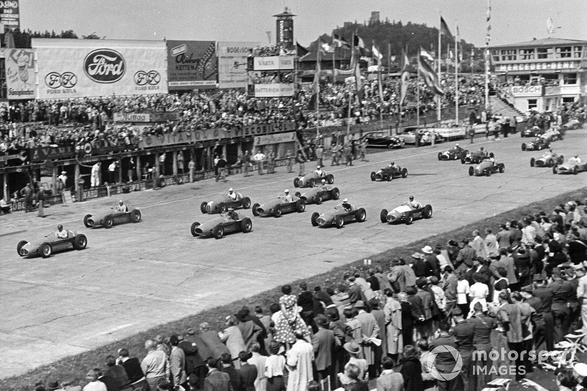 Но уже в 1947-м восстановленный «Нюрбургринг» принял первые гонки, а еще четыре года спустя сюда приехала совсем юная в ту пору Формула 1