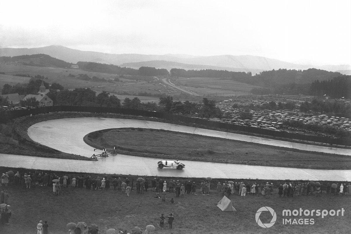 Всего за полтора года и 15 миллионов рейхсмарок, выделенных правительством, немцы построили настоящее произведение гоночного искусства. Общая протяженность трассы составила 28 километров, она включала почти две сотни поворотов