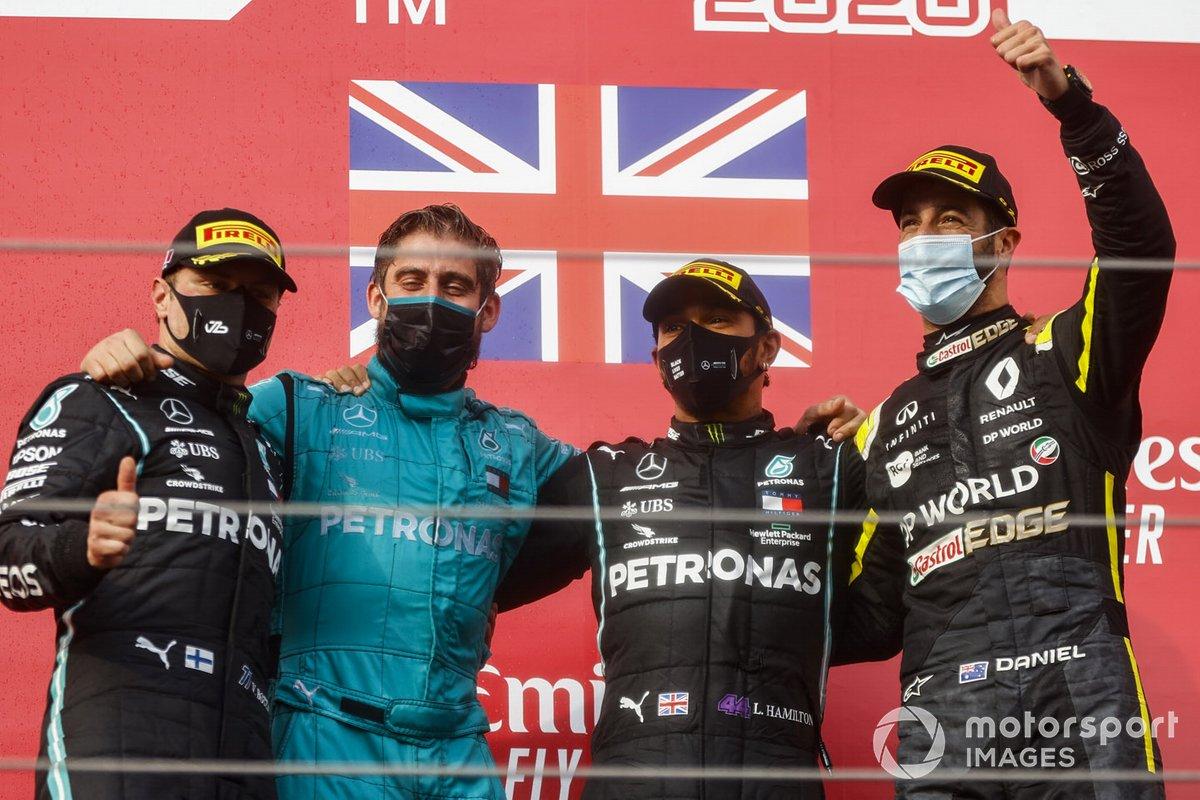 Valtteri Bottas, Mercedes-AMG F1, secondo classificato, il delegato del trofeo Costruttori Mercedes, Lewis Hamilton, Mercedes-AMG F1, primo classificato, e Daniel Ricciardo, Renault F1, terzo classificato, sul podio