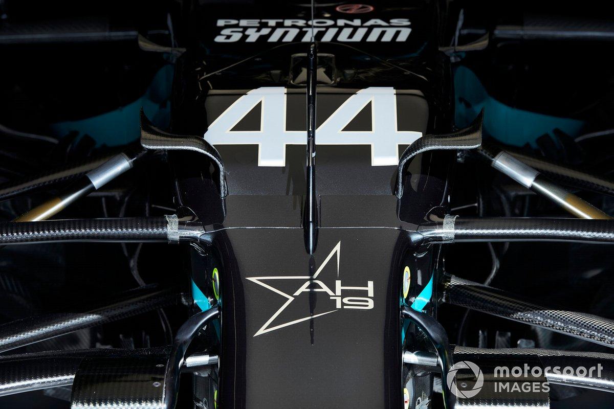 Estrella de homenaje a Anthoine Hubert en el frente del Mercedes F1 W11 EQ de Lewis Hamilton.