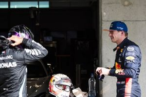 Ganador de la pole Lewis Hamilton, Mercedes-AMG F1, y Max Verstappen, Red Bull Racing,
