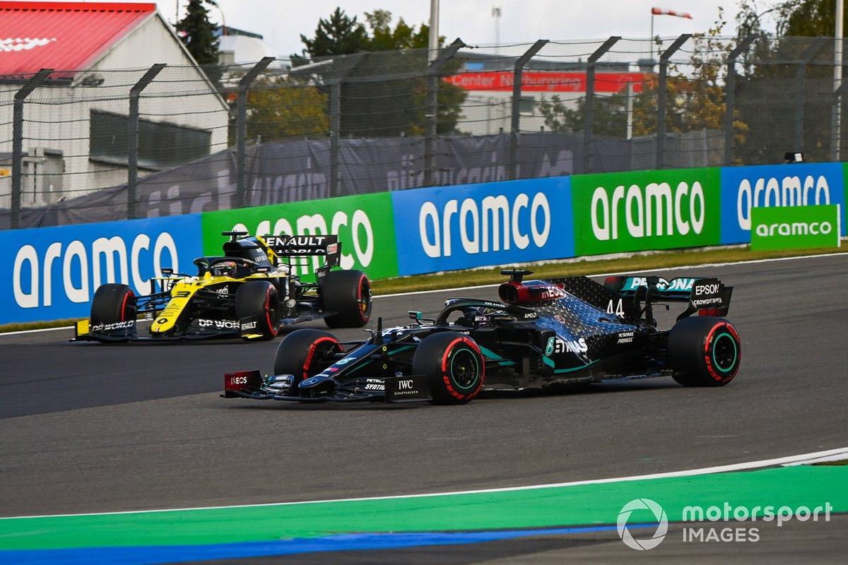 Lewis Hamilton, Mercedes F1 W11, Daniel Ricciardo, Renault F1 Team R.S.20