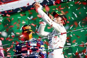 Le vainqueur Pierre Gasly, AlphaTauri, boit du Champagne sur le podium