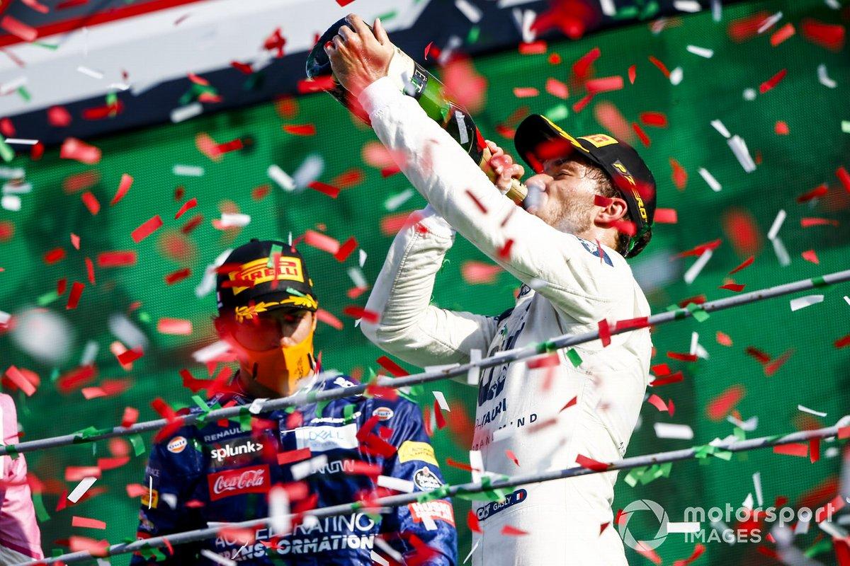 Pierre Gasly, AlphaTauri, primo classificato, beve champagne sul podio